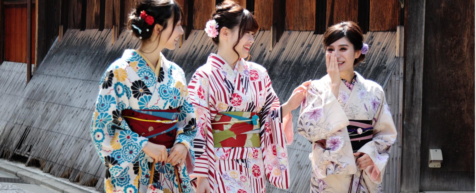ハイグレード着物を着て京都を観光する3人の女性