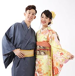 カップルで着物を着て京都観光