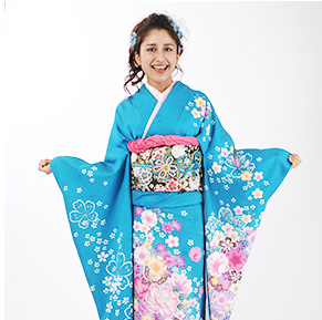 水色の着物で京都を散策