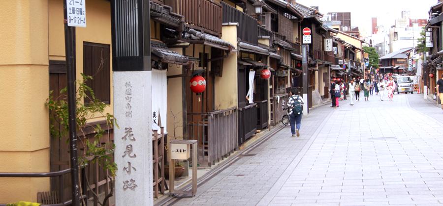 祇園の街並みをレンタル着物で歩く