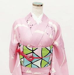 シンプルなピンクの着物はカラフルな帯をセット