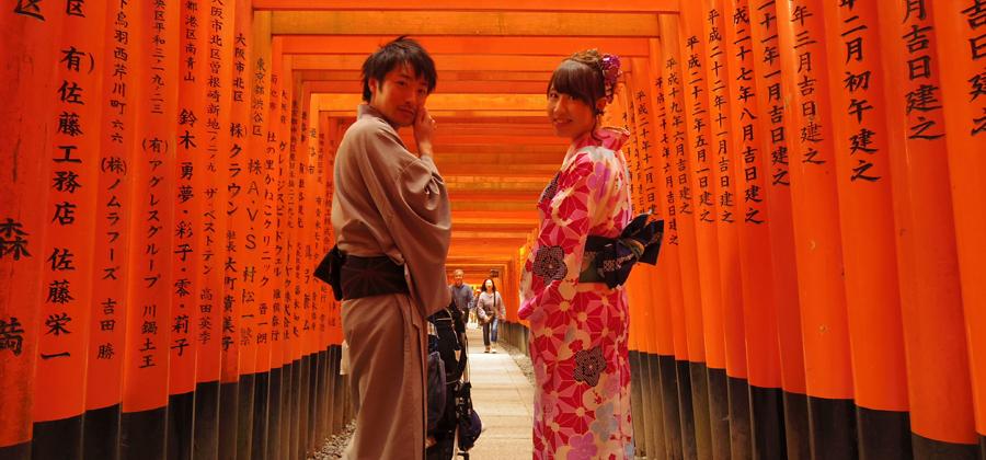 浴衣を着て歩く京都の伏見稲荷