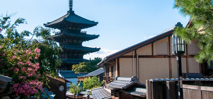 京都で歩く八坂通りの景色