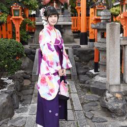 着物を着て神社に参る女性