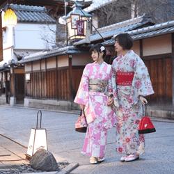 夕暮れの京都を歩く二人
