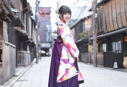 京都の町で着物を着て写真撮影