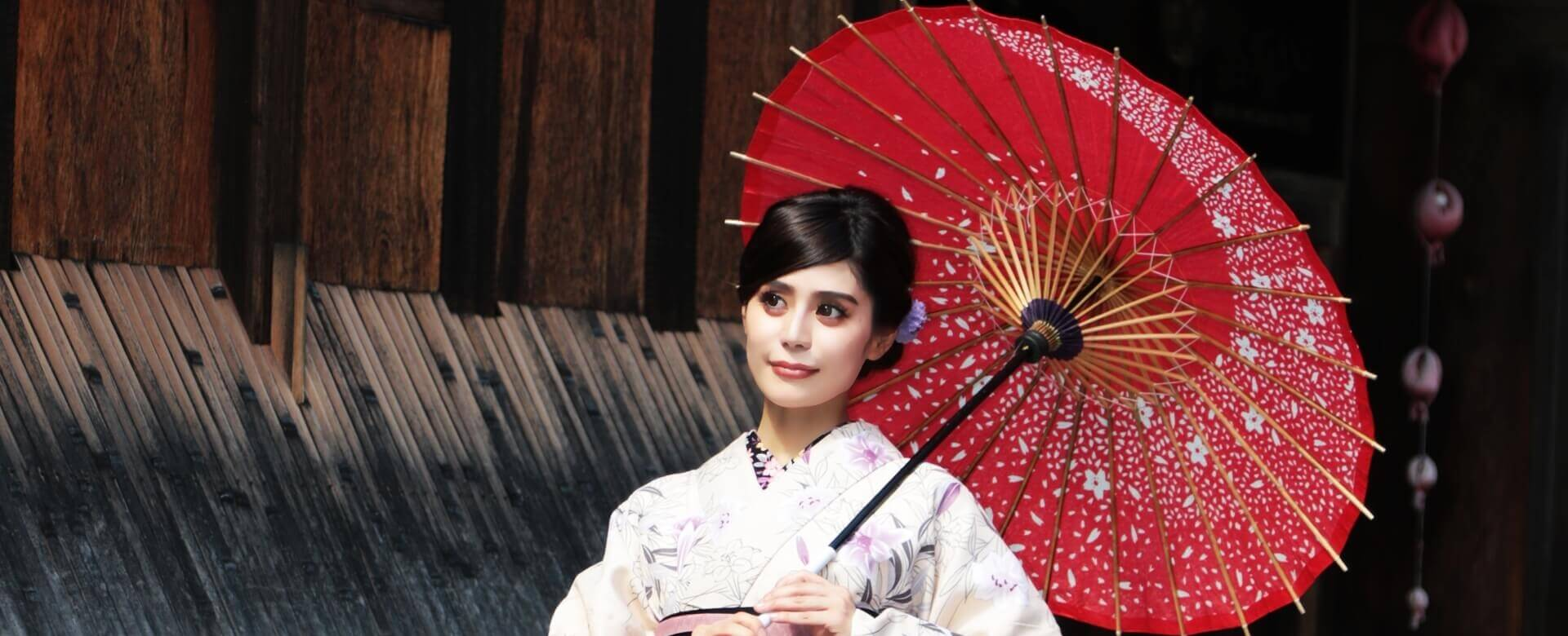 着物を着て京都を観光する3人の女性