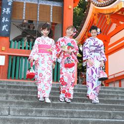 八坂神社と一緒にうつる三人組