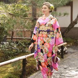 お寺で着物を着て写真を撮る女性