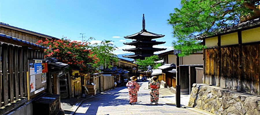 祇園を歩く着物女性