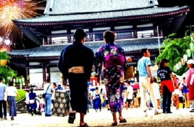 京都浴衣で花火大会に行くカップル