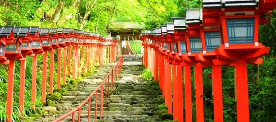 貴船神社の灯篭と石段