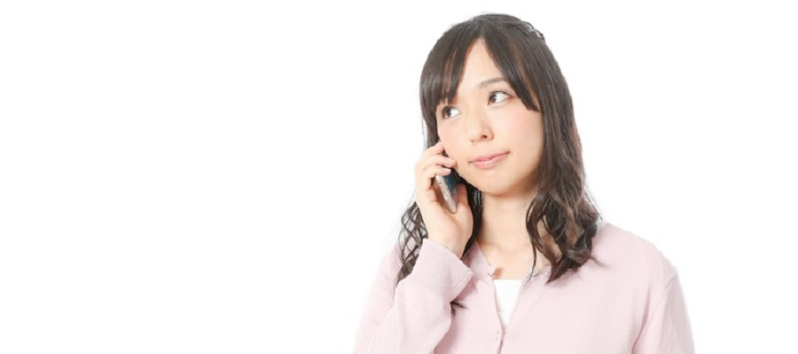 電話で着物レンタルの予約をする女性