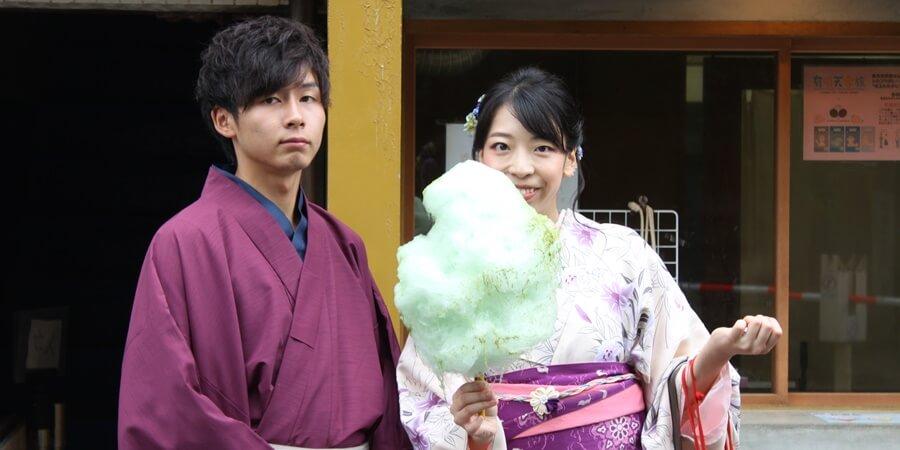 京綿菓子でインスタ映えを狙うカップル