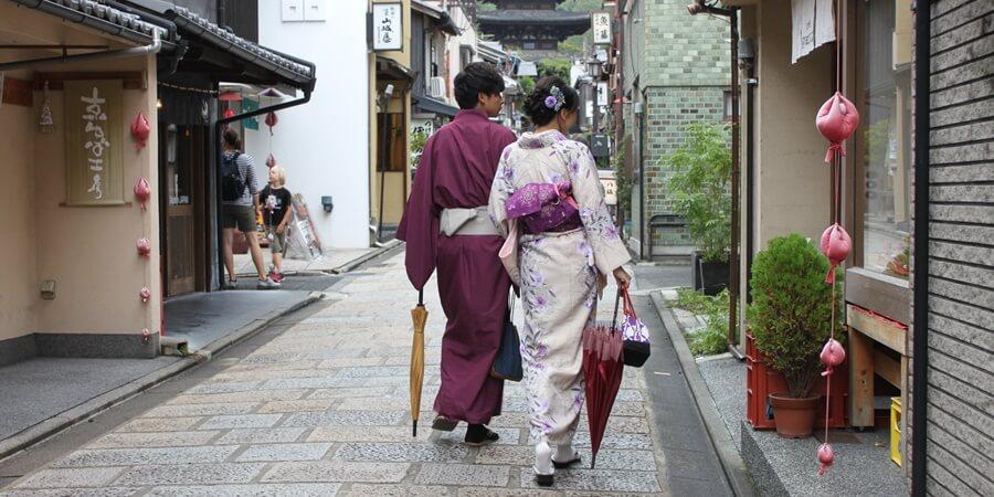 五重の塔が見えてきて京都らしい風景に