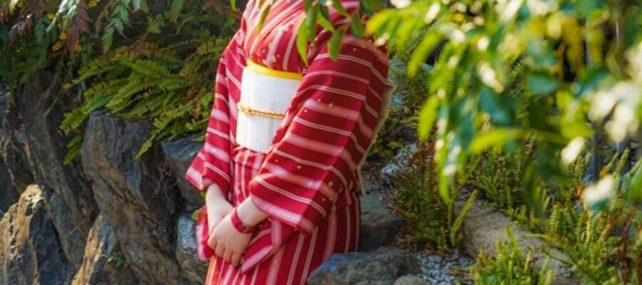 レンタル着物で紅葉を見る女性