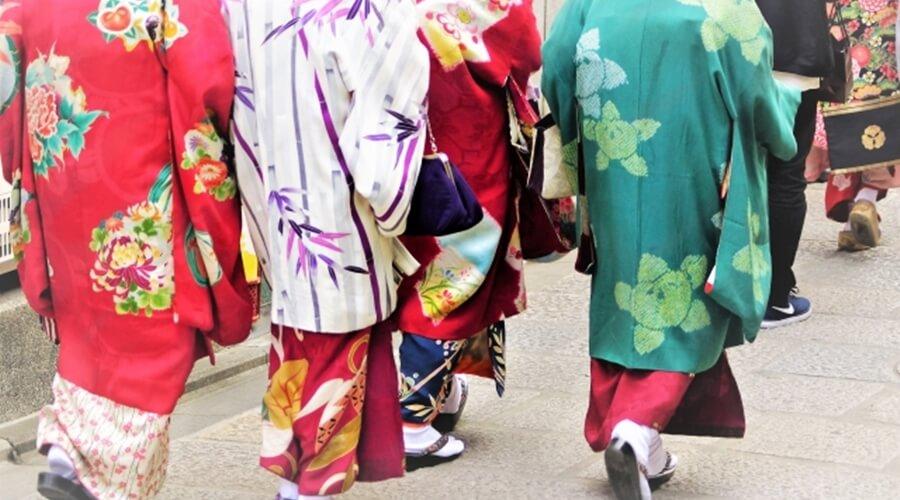 着物で観光する女性3人組